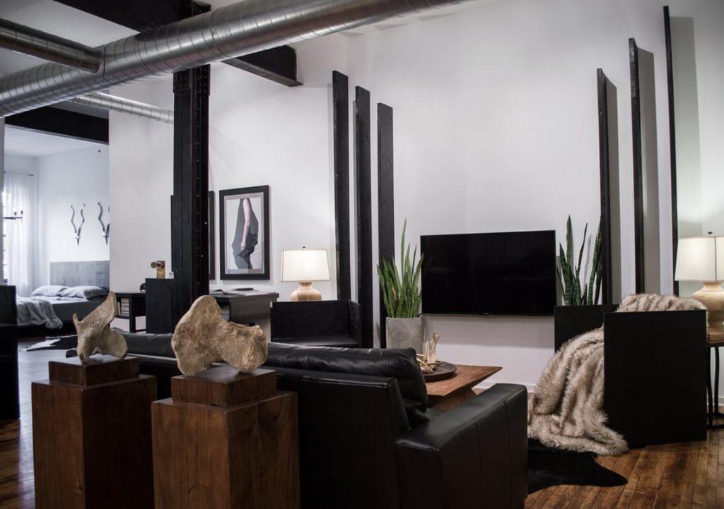 Prohlídka: Černobílý loft vzhlíží k brutalismu